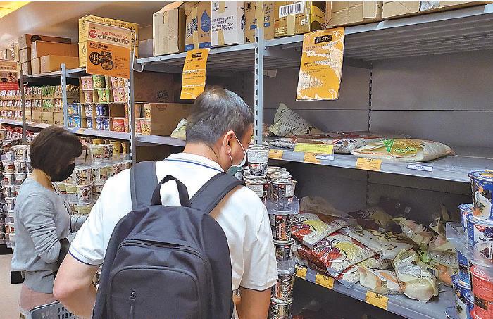 近日多區超市貼出限購告示,限定市民每次只可購買兩包米及兩盒雞蛋。圖為青衣一家超市的米架幾乎被掃空。(宋碧龍/大紀元)