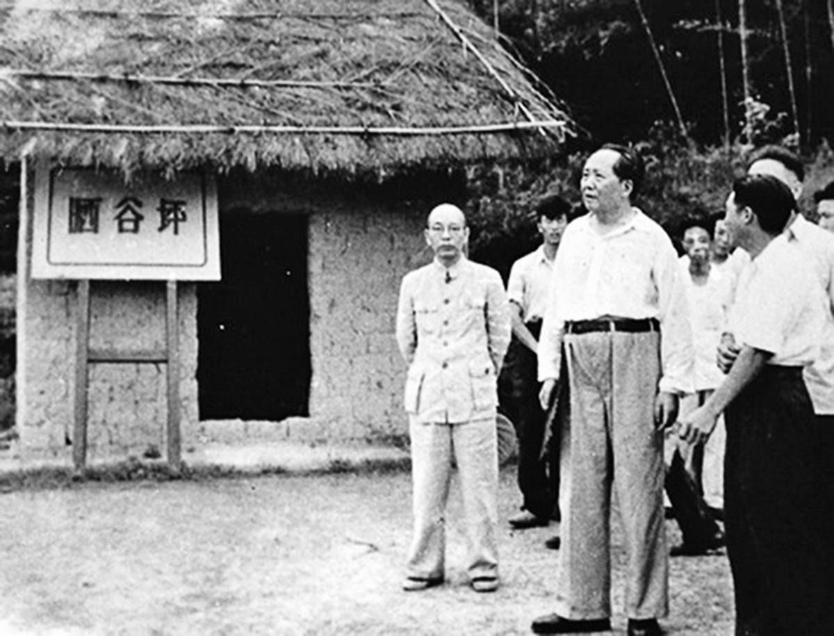 周小舟(左一)陪毛澤東回韶山。(網絡圖片)