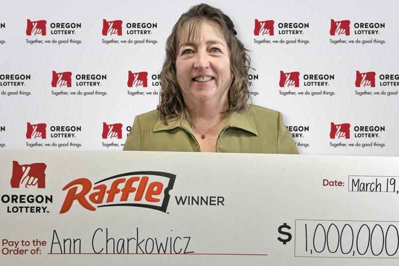 奧勒崗州的女子查科維奇(Ann Charkowicz)因為做好事交好運,中了百萬美金的頭獎。(網絡照片)