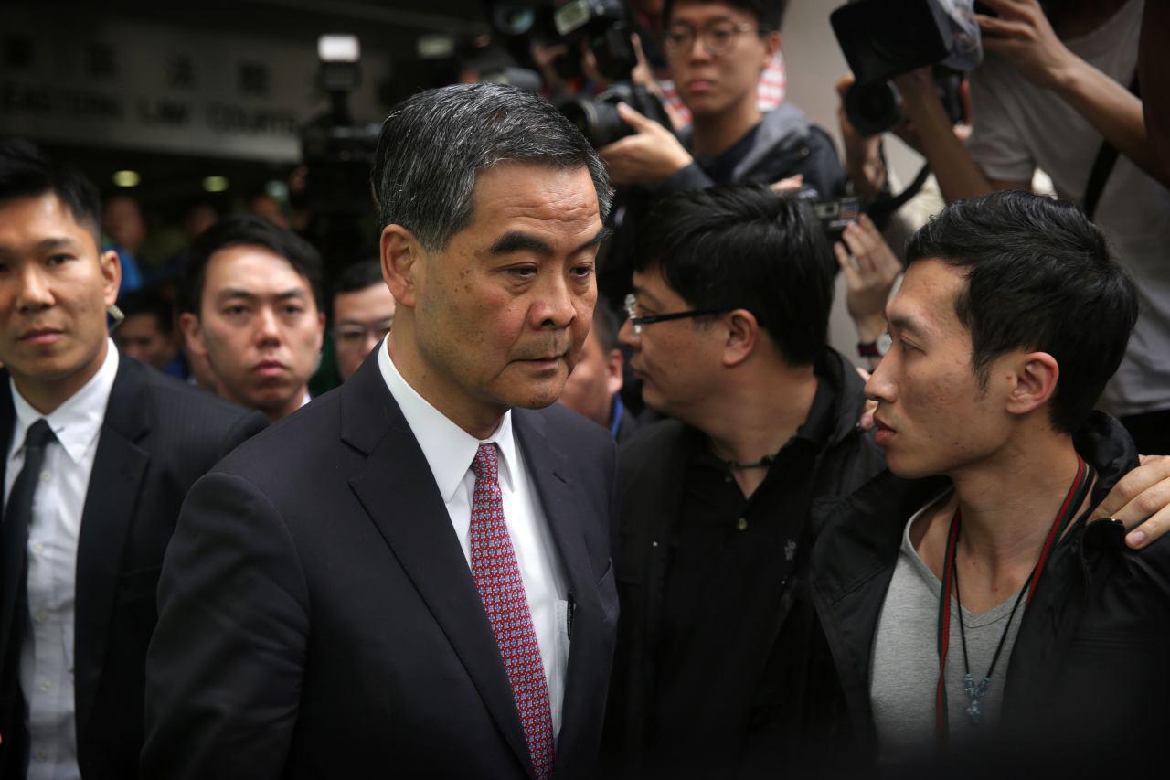 梁振英打壓新唐人古典舞大賽,破壞了香港社會的核心價值和言論自由,繼續在香港執行江澤民集團迫害法輪功的政策,把香港拖入亂局。梁振英動用流氓和下三濫的方式騷擾新唐人古典舞大賽,顯示梁振英的招數也已經使盡,這一次,梁振英已經走到了窮途末路,其結局也不僅僅是下台和政治生命結束那樣簡單,梁振英將面臨最嚴厲和可怕的大清算(潘在殊/大紀元)