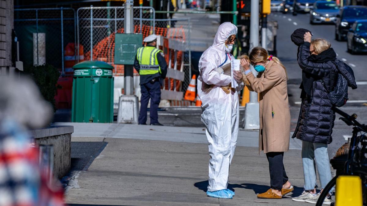 美國紐約市民接受防疫人員檢測。(David Dee Delgado/Getty Images)