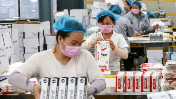 圖為中國一家手套工廠場景。(STR/AFP via Getty Images)