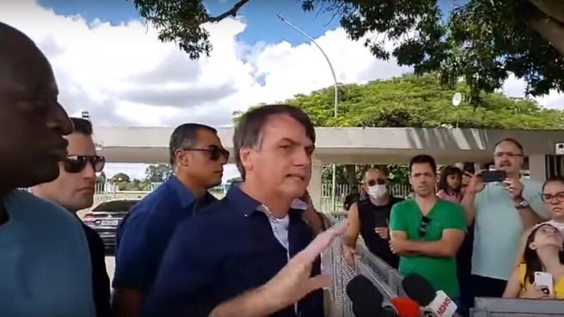 巴西總統博爾索納羅29日造訪位於首都巴西利亞郊區的一處市場向攤商表示,「我們不能停滯不前..」,稱自己必須讓這個拉丁美洲最大經濟體維持正常運作,不能為了遏止中共肺炎疫情傳播而封鎖商業活動。(影片截圖)