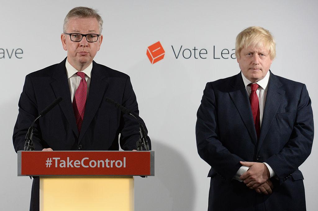 英國專家提醒首相約翰遜(右),中共官方可能將確診數字壓低了15至40倍。內閣大臣高文浩(左)則在BBC節目中說,中共12月份就知道了最初的病例,卻沒有說清其「規模、性質和傳染性」。