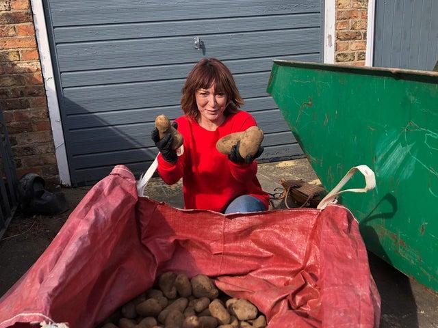 英國女子送薯仔給居家隔離者獲稱讚