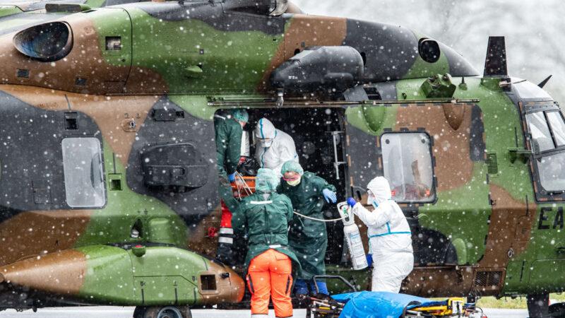 2020年3月29日,一架法國軍用直升機降落在德國梅厄海姆機場。2020年3月29日,一架法國軍用直升機降落在德國梅厄海姆機場。德國一直在從法國和意大利的重災區收治中共肺炎患者進行治療。(Lukas Schulze/Getty Images)