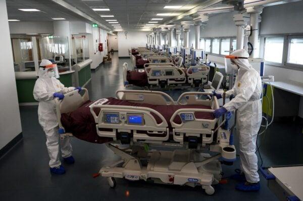 2020年3月29日,意大利西北部阿爾巴附近的韋爾杜諾的醫院在正式開業前夕為重症監護室做準備。(MARCO BERTORELLO/AFP via Getty Images)