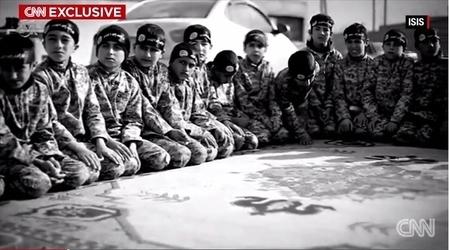 IS武裝份子帶著Nasir和其他男孩,在敘利亞的拉卡(Raqqa)的Al法魯克研究所拍攝了一個宣傳視頻。(CNN擷圖)