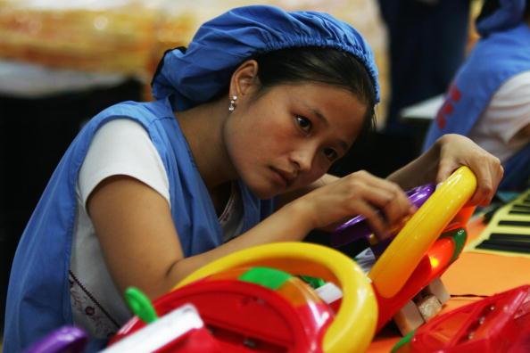 中國,廣東省東莞,一女工在出口產品的生產線上。(Feng Li/Getty Images)