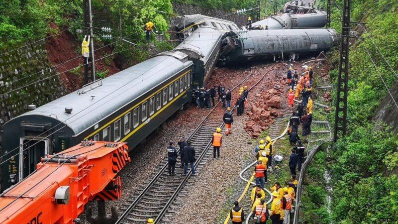 3月30日中午,湖南郴州發生火車脫軌側翻嚴重事故,致百餘人死傷,搬運屍體畫面曝光。(STR/AFP via Getty Images)