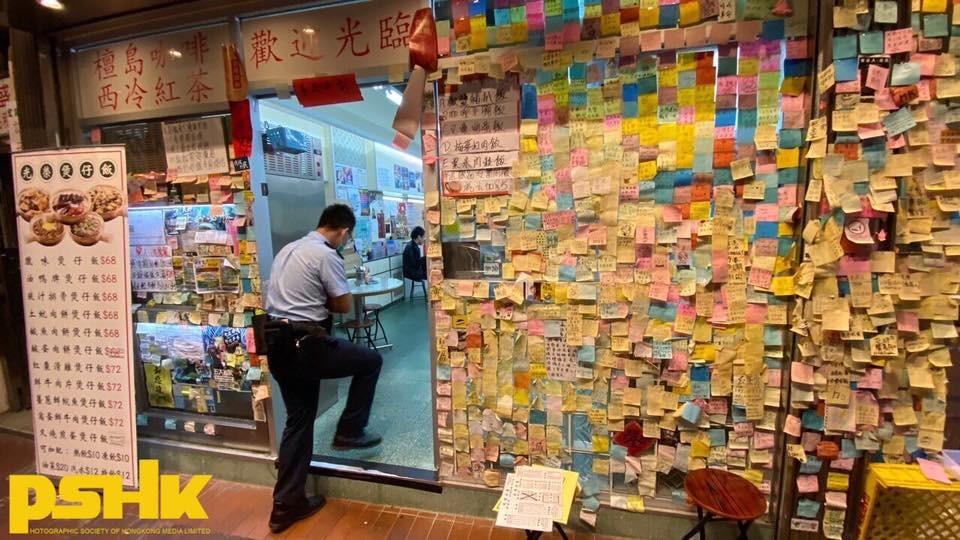 香港限制餐飲業入座人數及餐桌距離等規例一推出,警方就出手,疑藉機打壓支持抗爭運動的「黃店」。