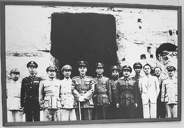 郝柏村強調對日抗戰是蔣介石領導的歷史不容抹滅。圖為蔣介石領導八年對日抗戰,與國軍軍官合影。(翻攝歷史檔案圖片)