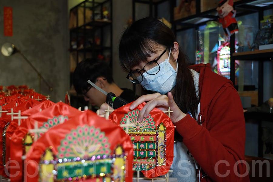 義工為醫護人員製作花牌,盼能透過手作表示祝福。(陳仲明/大紀元)