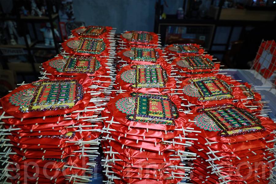 500個花牌將於本周末送出,登記者可以到訪不同區域的小店領取。(陳仲明/大紀元)