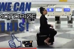 隨身行李箱變載人便車 趕飛機可以很高雅