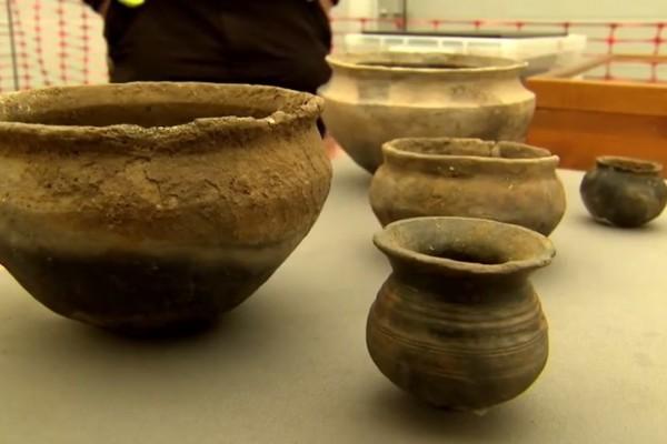 英國劍橋大學的考古學團隊在英格蘭彼得伯勒,發現了一個迄今約3000年前的古文明聚落。此古文明聚落的文物保存相當完整,像意大利龐貝古城一樣,而把這個遺址稱為「英國龐貝」。(視像截圖)