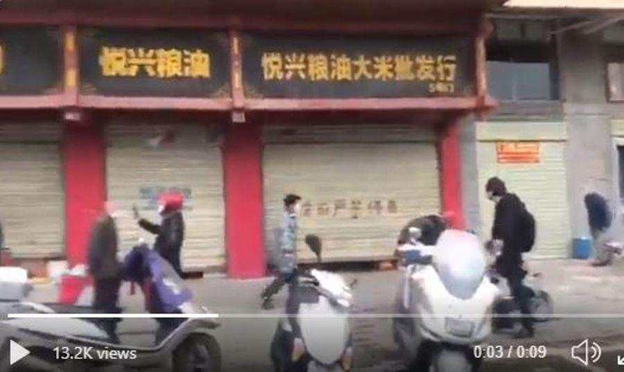 中國湖北省鄂州市近日出現市民恐慌性搶購糧食風潮。有消息指當局「闢謠」未果,下令糧油店閉門不賣。(影片截圖)