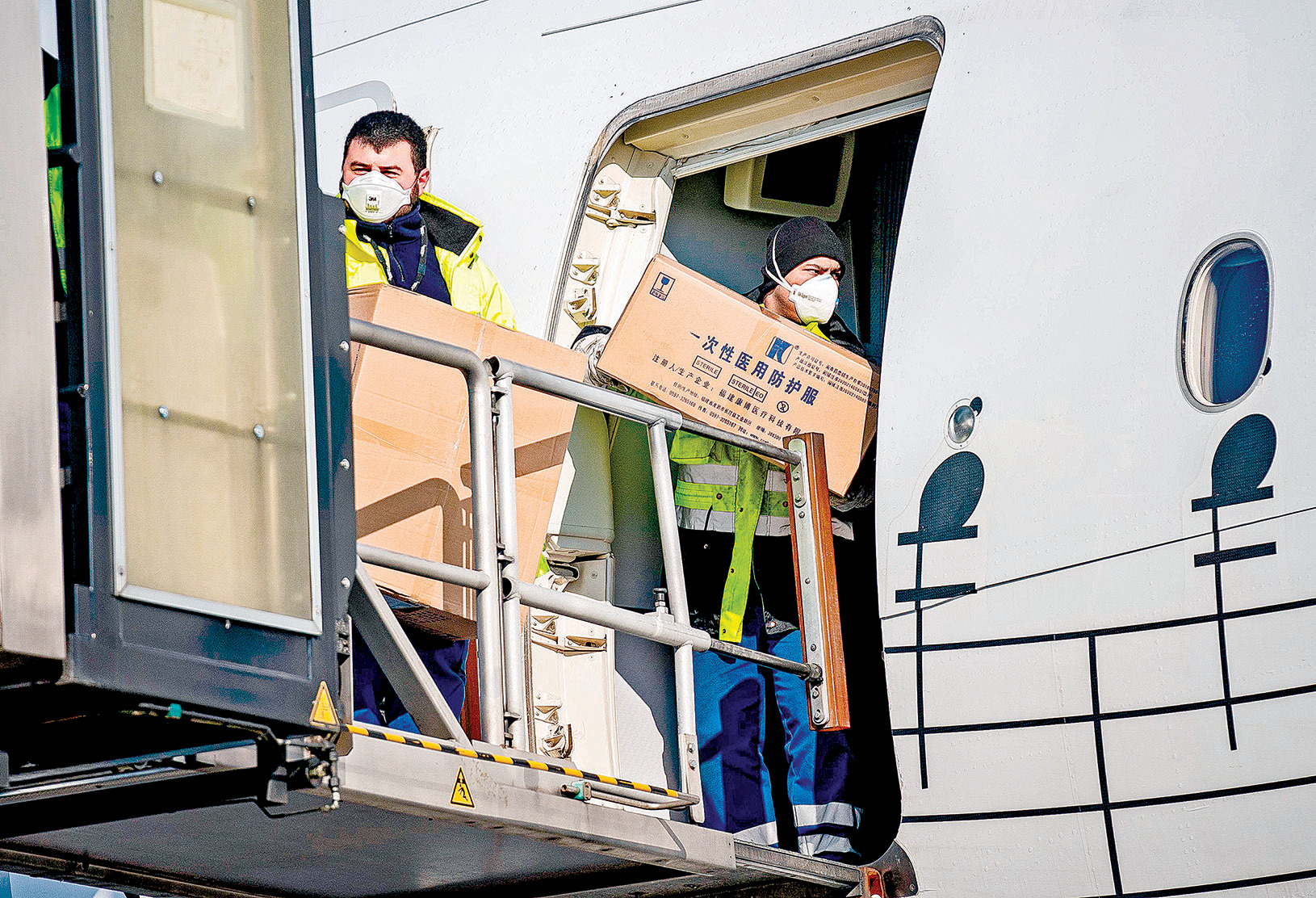 意大利機場人員搬運從中國運來的醫療物資。 (GEORG HOCHMUTH/APA/AFP via Getty Images)