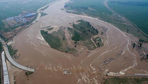 日前,僅官方通報河北洪災就有200多人死亡失蹤。圖為河北邢台洪災。(網絡圖片)