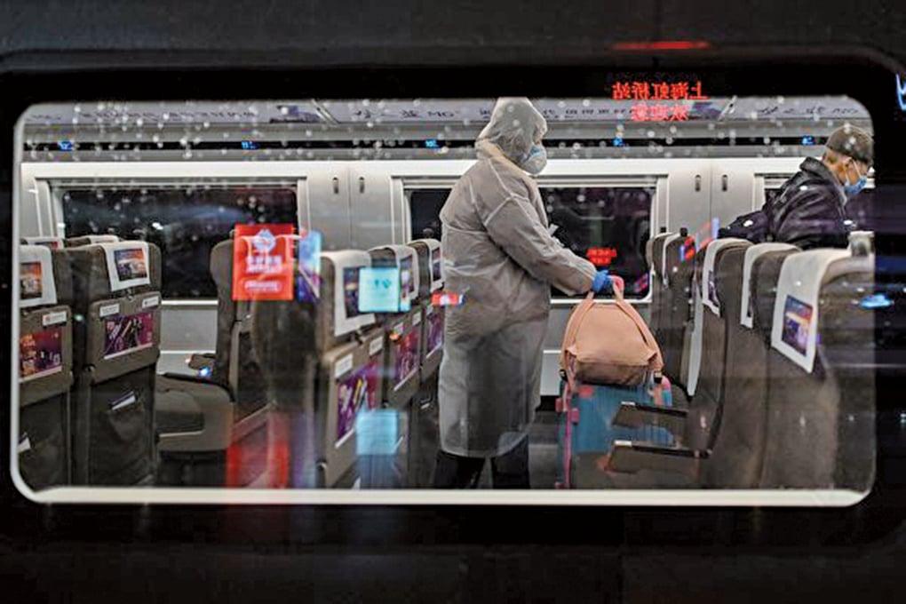上海主要景點突然關閉,顯示疫情還不明朗。圖為上海虹橋高鐵車廂上的乘客。(Getty Images)