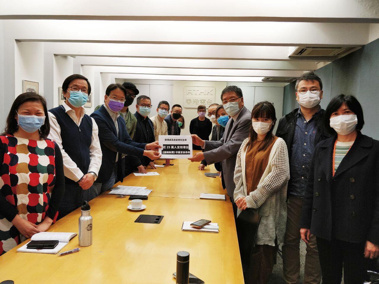 13名港台節目顧問團成員,昨日與廣播處長梁家榮會面。(莫乃光Facebook圖片)