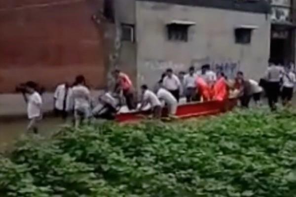 安陽市官員疑要求災區村民推船視察災區的視像引髮網民熱議(視像截圖)