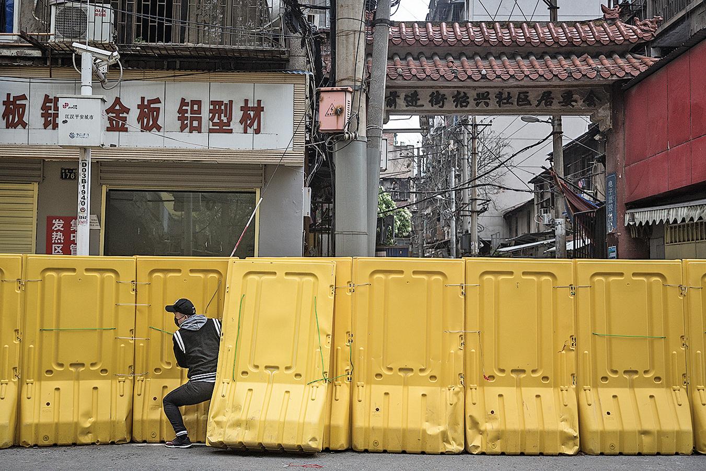 武漢設置了許多臨時的路障牆,用於控制居民的出入。( Getty Images)