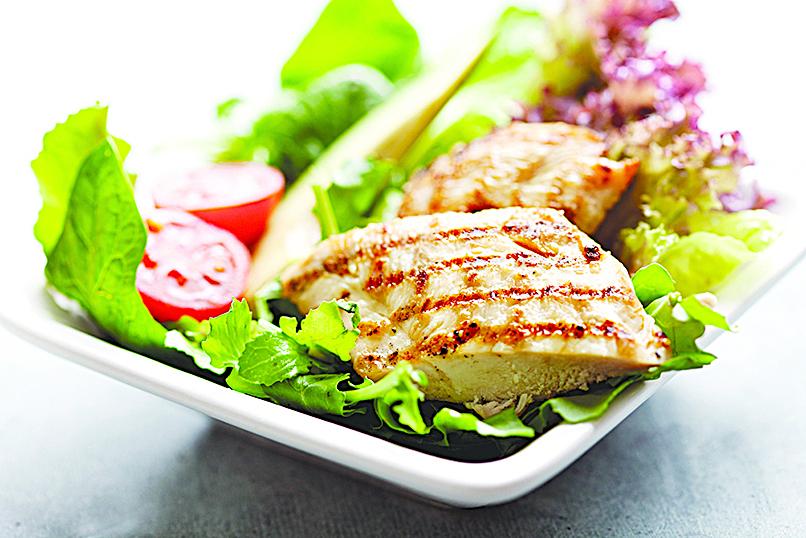 使用煙肉油來煎雞胸,可以讓雞胸肉充滿煙肉的煙熏香氣。