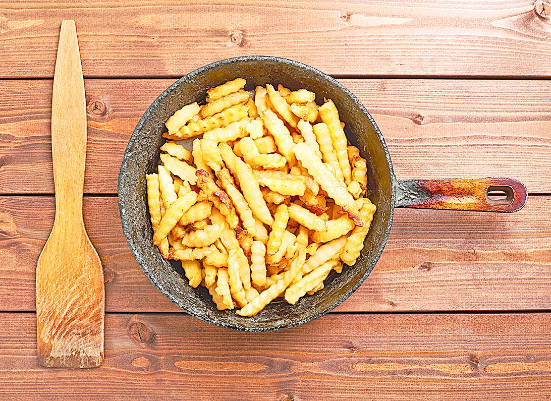在鍋子裏融化煙肉油脂,並用刷子刷在切好的薯條上,進焗爐烤至酥脆即可。