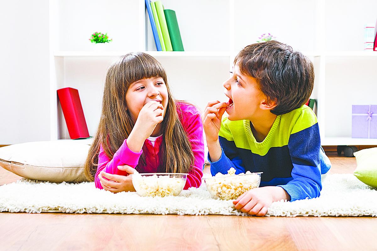 爆米花是孩子們喜愛的點心,可以在家裏自己用煙肉油做爆米花。