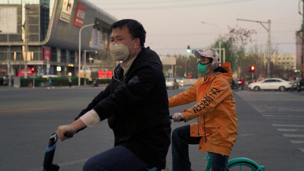 中共國家疾控中心首席流行病學家曾光4月2日表示,中共肺炎在中國的疫情,在全球疫情肆虐的情況下「進入不了尾聲」。有分析指,中共此時拋出上述言論,是想為原本就沒有受控的國內疫情的二次大爆發推卸責任,讓「境外輸入」病例背鍋。(Lintao Zhang/Getty Images)