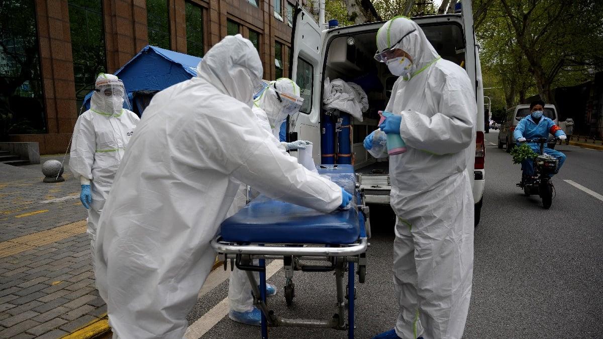 2020年4月1日,醫務人員對武漢市中心醫院的擔架進行消毒。(NOEL CELIS/AFP via Getty Images)