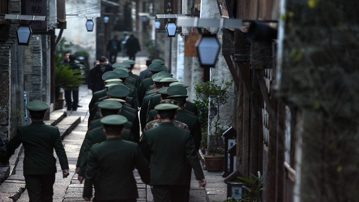 中共自曝全中國共有450萬網格員,在推行「網格化」疫情防控上,實施「敲門行動」,入戶排查,「沉入社區」等。示意圖(JOHANNES EISELE/AFP via Getty Images)