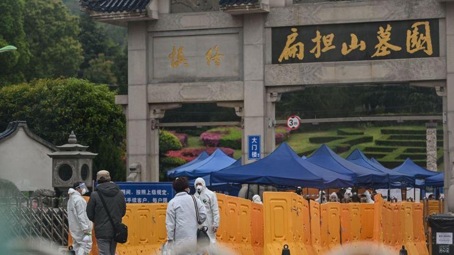 圖為武漢市郊的扁擔山墓園。(HECTOR RETAMAL/AFP via Getty Images)