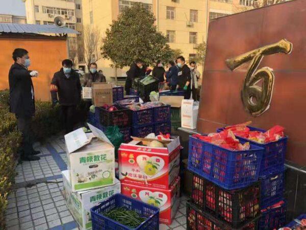 抗疫期間,陝西扶風縣某百合小區的網格員,配合中共封鎖了小區,社區居民不得不依靠網格員來分派民眾團購的食物。(網絡截圖)