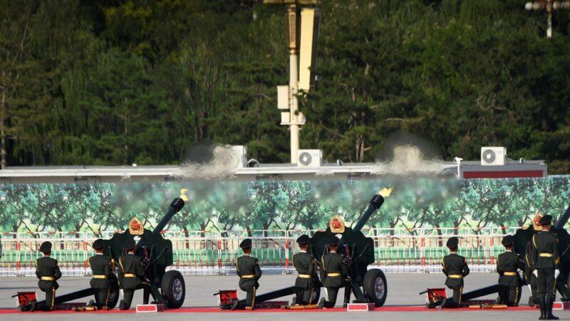 3日大批軍人乘坐大巴開往北京。清明節凌晨,北京府右街附近更傳出槍聲。示意圖(WANG ZHAO/AFP/Getty Images)