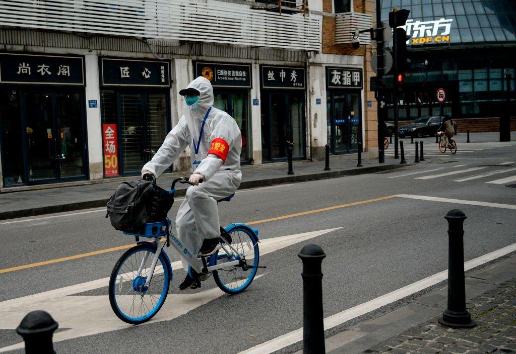 疫情令中國經濟受重創,百葉蕭條。圖為武漢空蕩的街頭。(Photo by NOEL CELIS/AFP via Getty Images)