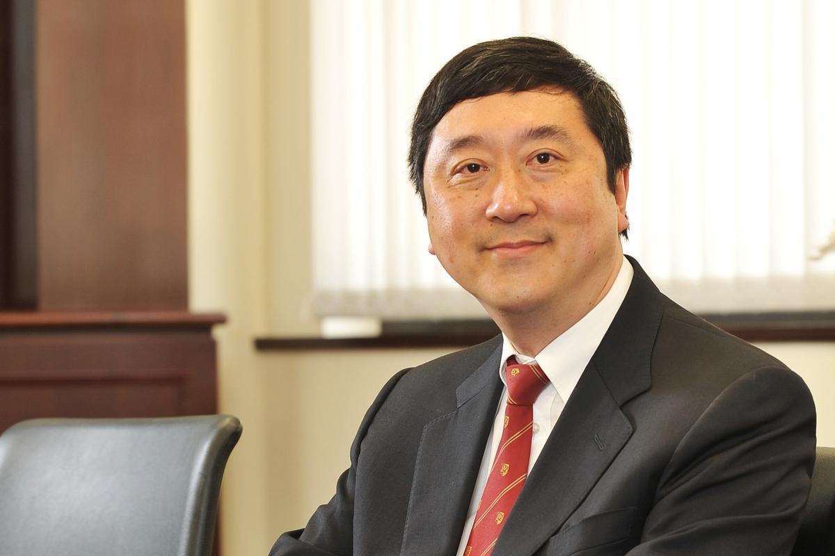香港中文大學前校長沈祖堯,是香港大學內外全科醫學士,在2003年非典爆發期間,因傑出工作表現被當年《時代周刊》評為亞洲英雄。(立場新聞)