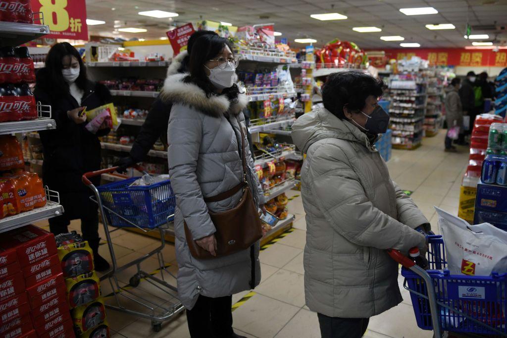 近日,中共糧儲局表示,中國大中城市成品糧儲備只可滿足10到15天需求。聽到缺糧風聲的多地民眾在中共「闢謠」聲中開始緊急屯糧。圖爲北京一家超市内,民衆在排隊結賬。(GREG BAKER / AFP/GETTY IMAGES)