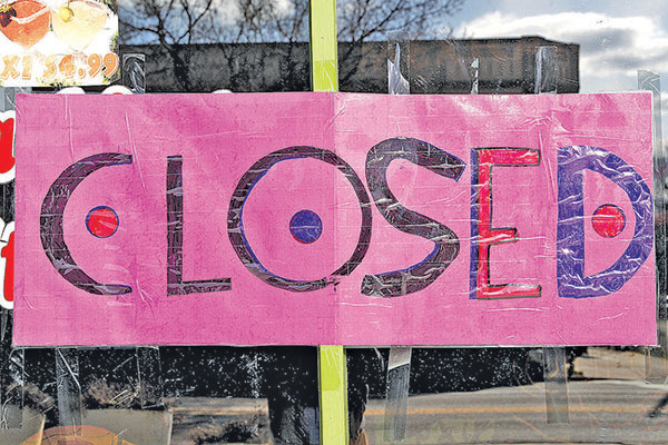 4月3日,科羅拉多州丹佛市一家餐館的關門提示。(Getty Images)
