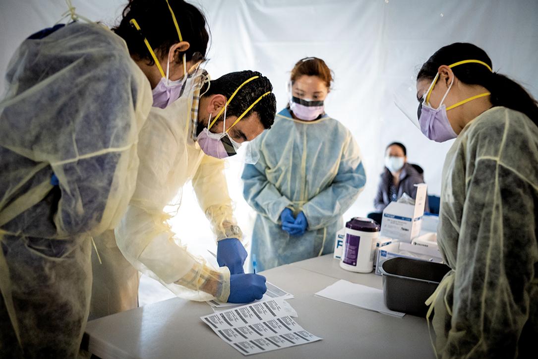 這周紐約等地疫情嚴峻。圖為正在紐約抗疫一線忙碌的醫生。(攝於2020年3月24日)(Getty Images)