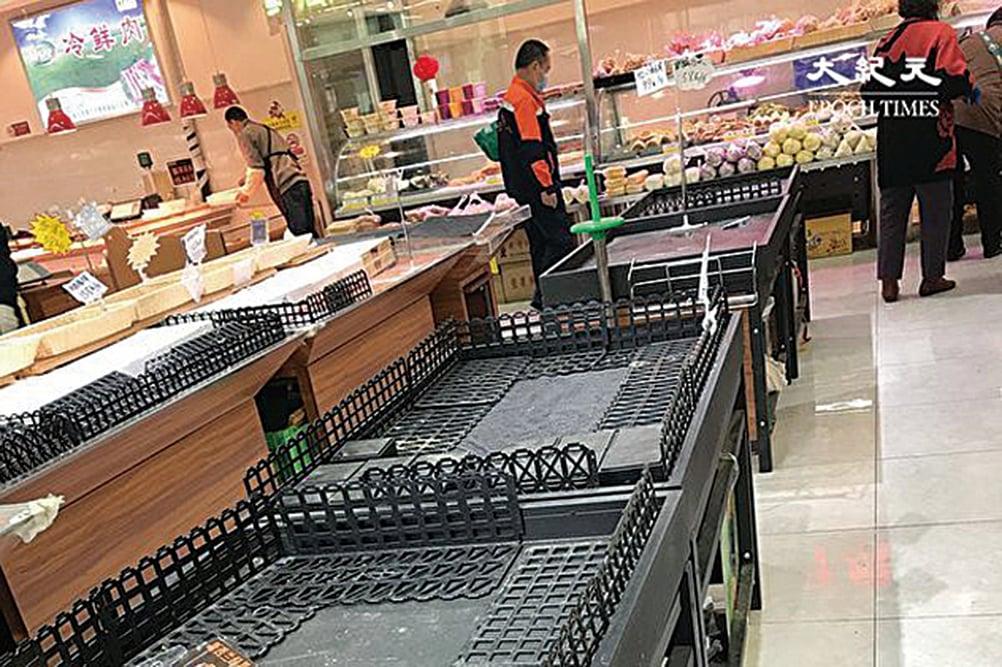 2020年4月4日,北京幸福超市放糧食的架子上都空了。(大紀元)