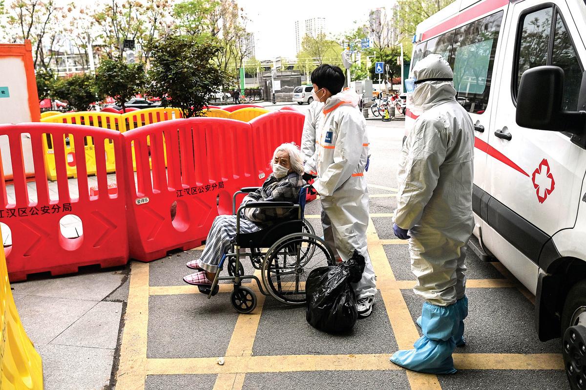 3 月30 日,一名老人被送到湖北武漢市紅十字會醫院。(AFP)