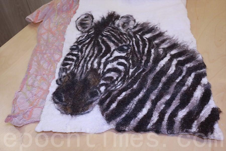 精緻細膩的斑馬羊毛畫。(陳仲明/大紀元)
