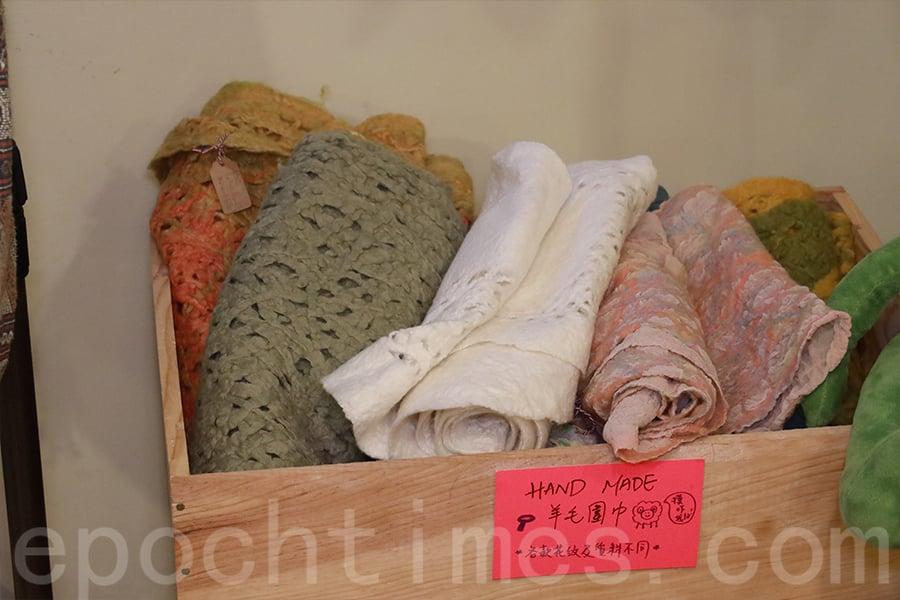 羊毛氈在工藝界被譽為「軟雕塑」,可以製作工藝品,也可以製作出實用的頸巾。(陳仲明/大紀元)