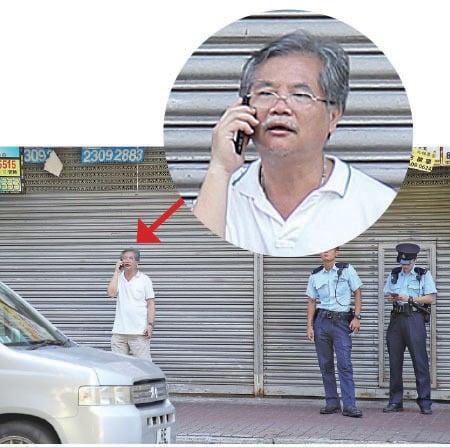 香港民意交流協會會長許淵(圖左,穿白衣者)在麥花臣場館附近。(李逸/大紀元)
