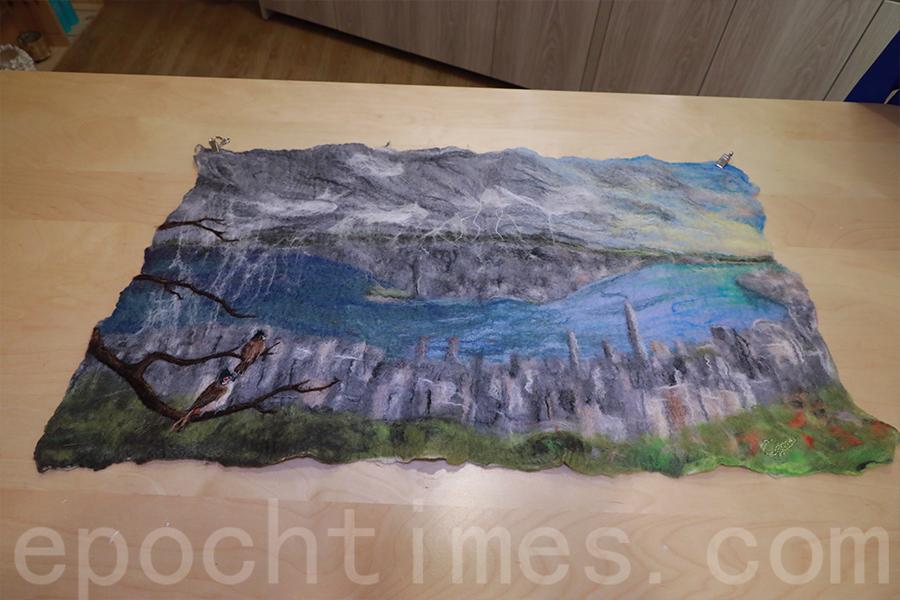 Gisela的原創羊毛畫作品,表現暴風雨來臨的景象,風雨的另一端是光與希望。(陳仲明/大紀元)