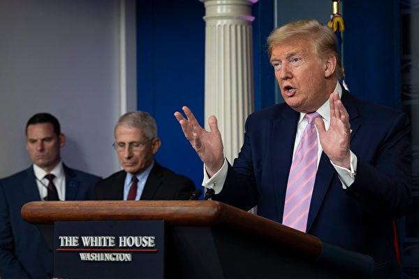 特朗普總統4日在白宮簡報會上說,未來兩週會相當艱難,可能會看到大量的死亡。(Photo by JIM WATSON / AFP)