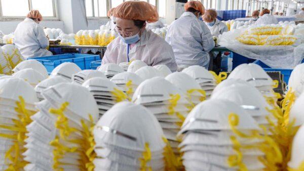 中國一家生產口罩的工廠。(示意圖)(STR/AFP via Getty Images)