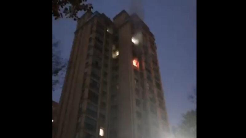 5日,再傳出一武漢東湖一高層住宅內有人放火後跳樓,落地後3個小時無人收屍。(影片截圖)